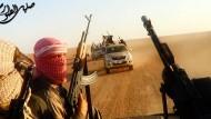 Die Terroristen lehren Kinder, andere Kinder zu kreuzigen