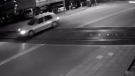 Auto entgeht haarscharf Crash mit dem Zug