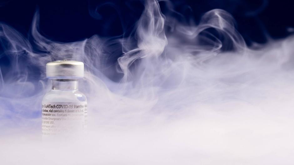 Ganz schön neblig: Der Covid-19-Impfstoff muss in Spezialkühlschränken aufbewahrt werden bei mehr als eisigen Temperaturen.