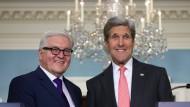 Zuversichtlich blicken Außenminister Steinmeier und sein Kollege Kerry bei einer Pressekonferenz in Washington am 29. Februar auf die jüngsten Entwicklungen in Syrien.