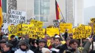Im Dienste Moskaus: Russischsprachige Demonstranten vor dem Kanzleramt