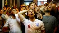 Again! Football's not coming home! Englische Fans in einem Pub am Trafalgar Square in London sehen den Sieg Kroatiens über ihre Three Lions.