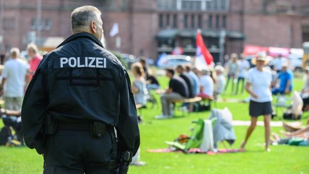 """Querdenker"" greifen Polizisten an"