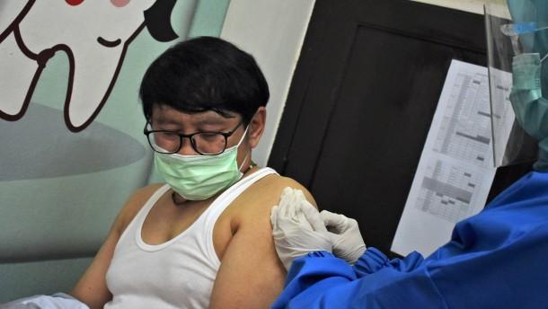 Corona-Impfung mit Fragezeichen