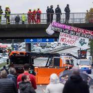 Vollsperrung: Sogenannte Aktivisten haben sich von der Brücke der Offenbacher Landstraße über die Autobahn 661 abgeseilt.