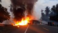 Bei dem Unfall ist ein Bus mit einem Tanklaster zusammengeprallt.