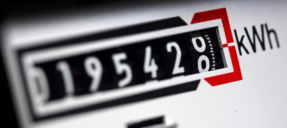 Ein Stromzähler zeigt in einem Mietshaus die verbrauchten Kilowattstunden an.