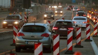 """Am Abend, kurz nachdem die Brücke freigegeben wird, kann der geneigte Fahrer bereits bemerken, was es heißt, im """"stockenden Verkehr"""" zu stecken."""