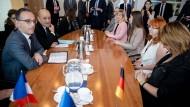 Schwere Schicksale: Maas und Le Drian sprechen in Kiew mit Angehörigen der inhaftierten ukrainischen Seeleute.
