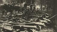 Deutsche Soldaten mit russischer Kriegsbeute. Nachdem es Ende Dezember zu einem Waffenstillstand an der Ostfront gekommen war, gingen die Kämpfe im neuen Jahr weiter.