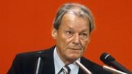 Willy Brandt (hier auf einem Parteitag 1979) brachte Intellektuelle und Arbeiter in der SPD zusammen.