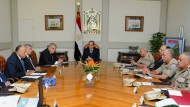 Das von staatlichen Medien veröffentlichte Foto zeigt Präsident Sisi (Mitte) bei einer Sondersitzung des Nationalen Verteidigungsrats