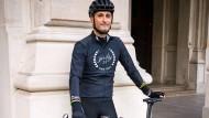 Die Behinderung spielt keine Rolle: Florian Lechner, hier mit seinem Rennrad vor der Alten Oper, hatte schon immer großen sportlichen Ehrgeiz.