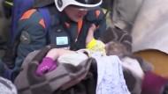 Dick eingewickelt überlebte der kleine Wanja bei bis minus 27 Grad in den Trümmern.