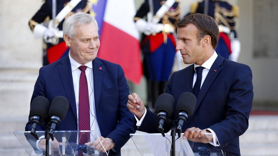 Besuch in Paris: Antti Rinne, Ministerpräsident von Finnland (rechts), mit dem französischen Präsidenten Emmanuel Macron vor dem Elysée-Palast