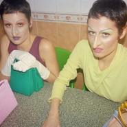 Die Schwestern Camilla und Giulia Venturini verwandeln sich mit künstlichen Nasen in Hexen und bewerben so ihr Taschenlabel Medea.