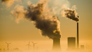 Das Kohlekraftwerk Mehrum und Windräder in Hohenhameln, Niedersachsen