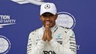 Lewis Hamilton kann es selbst kaum glauben  und hat nach dem Rennen Tränen in den Augen.