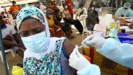 In Alakro in der Elfenbeinküste erhält eine Frau das Vakzin gegen Ebola. (Archivfoto August)