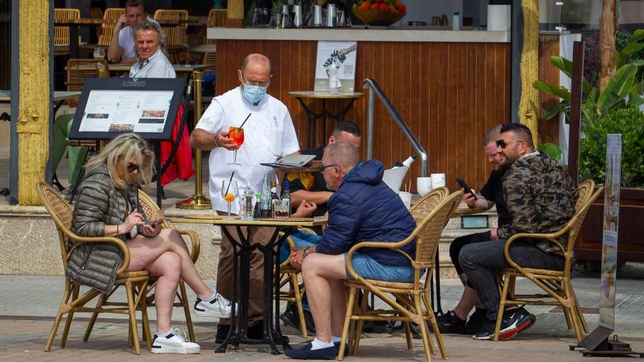 Touristen gönnen sich Ende März in Palma de Mallorca ein paar Drinks.