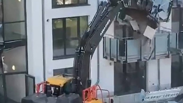 Baggerfahrer zerlegt Neubau