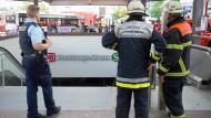 Feuerwehrleute und Polizisten, hier im Einsatz bei einem Kabelbrand in Hamburg, gewinnen an Vertrauen.