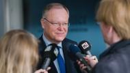 Niedersachsens Ministerpräsident Stephan Weil (SPD) spricht in Salzgitter mit Journalisten.