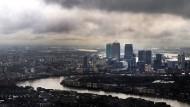 Wolken ziehen auf über dem Londoner Finanzdistrikt Canary Wharf.
