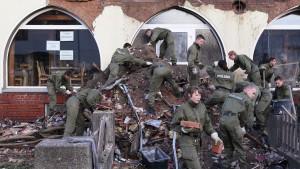 Auf dem Hochbett mit der Česká-Pistole