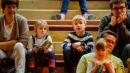 Im Bann der Geschichte: Groß und Klein haben gestern im Sendehaus des Hessischen Rundfunks der humorvollen Kinderbuchautorin Jutta Richter still und aufmerksam zugehört.