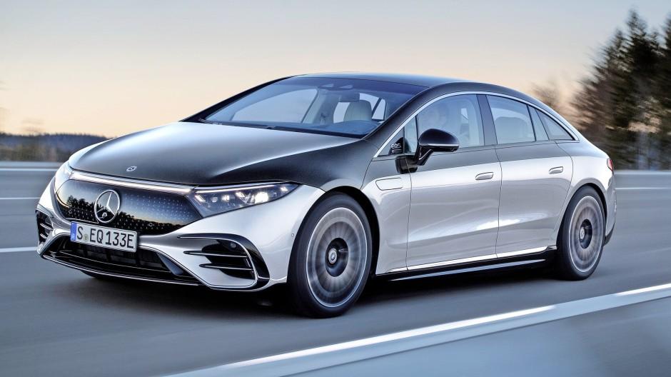 Sagen wir, ungewöhnlich: Elektrischer Mercedes-Benz EQS. Im Kotflügel die Klappe für das Wischwasser. Zwei Farben können, müssen aber nicht sein.