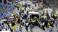 Rettungskräfte nach dem Bombenanschlag in Boston
