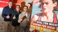 Philipp Lahm, eingerahmt von Kanurennsportler Sebastian Brendel (links) und Boxer Artem Harutyunyan, bei der Präsentation in München