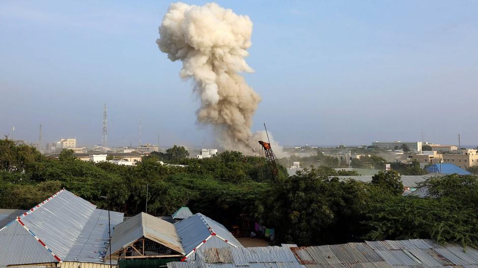 Nach den Denotationen stiegen über der somalischen Hauptstadt hohe Rauchsäulen auf.