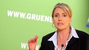 """Grünen-Chefin wirft Merkel """"Feigheit"""" vor"""