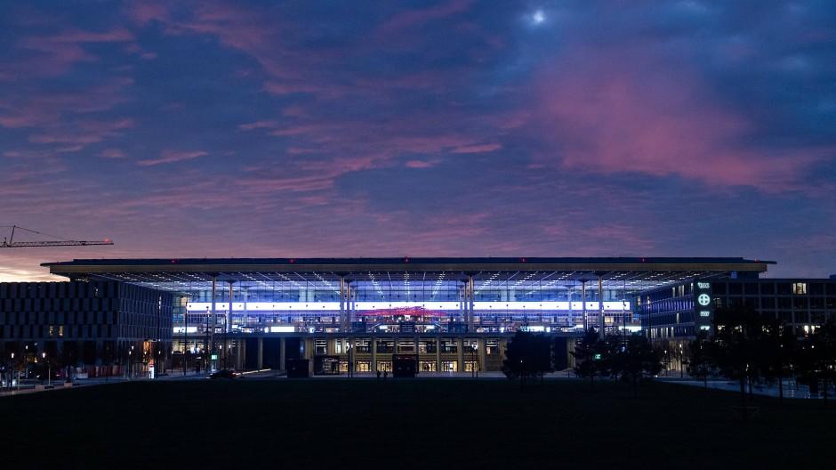 Das Terminal 1 des BER am frühen Abend