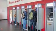 Müssen sich auf neue Gebühren einstellen: Kunden der Frankfurter Sparkasse
