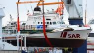 """Der neue Besitzer, ein Reeder, stellte das Schiff kostenlos zur Verfügung und verlädt es am 10. Februar 2016 in Bremerhaven auf den Schwergutfrachter """"Atlantic""""."""