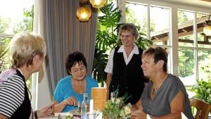 Ältere Frauen stehen häufiger im Beruf