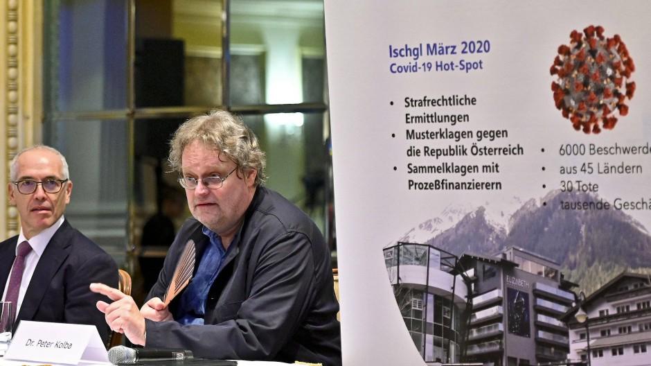 Rechtsanwalt Alexander Klauser und der Vorsitzende des Verbraucherschutzverbandes Peter Kolba sprechen über eine Sammelklage gegen die Landesregierung.
