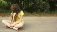Wenn ein Schulkind sich von Freunden und den Eltern zurückzieht, kann das Ausdruck eines psychischen Leidens sein.