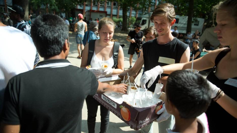 Essen und Trinken wird verteilt.