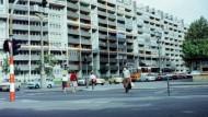 Schöner wohnen? Die Strasse der Pariser Kommune in Berlin, aufgenommen im Jahr 1982.