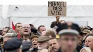 Merkel wird in Dresden von Demonstranten ausgebuht