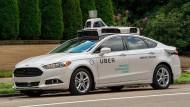 Ein selbstfahrend Uber-Testauto in Pittsburgh, Pennsylvania.