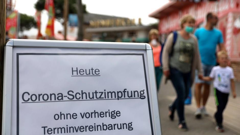 In Rövershagen in Mecklenburg-Vorpommern weist ein Schild auf die Möglichkeit zur Corona-Impfung ohne vorherige Terminvereinbarung hin.