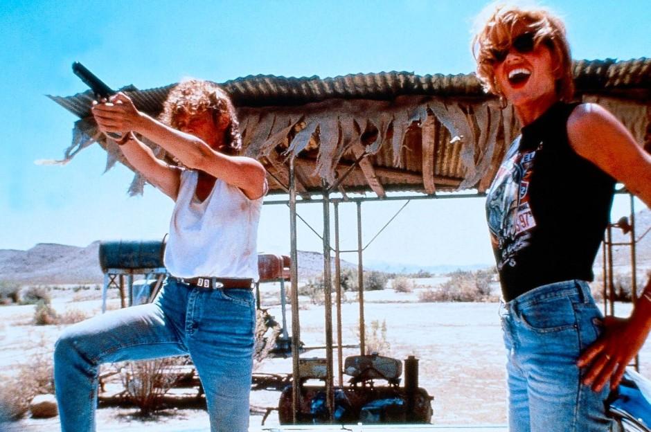 """Ein Mensch sieht am schönsten aus, wenn es ihm am wenigsten nützt: Susan Sarandon und Geena Davis in Jeans in """"Thelma & Louise""""."""