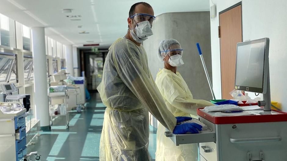 Ein Restrisiko bleibt: Cihan Çelik mit Schutzausrüstung im Klinikum Darmstadt vor seiner Erkrankung