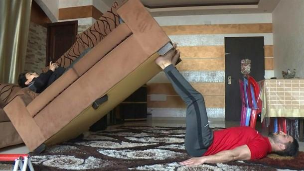 Muskeltraining mit Möbeln