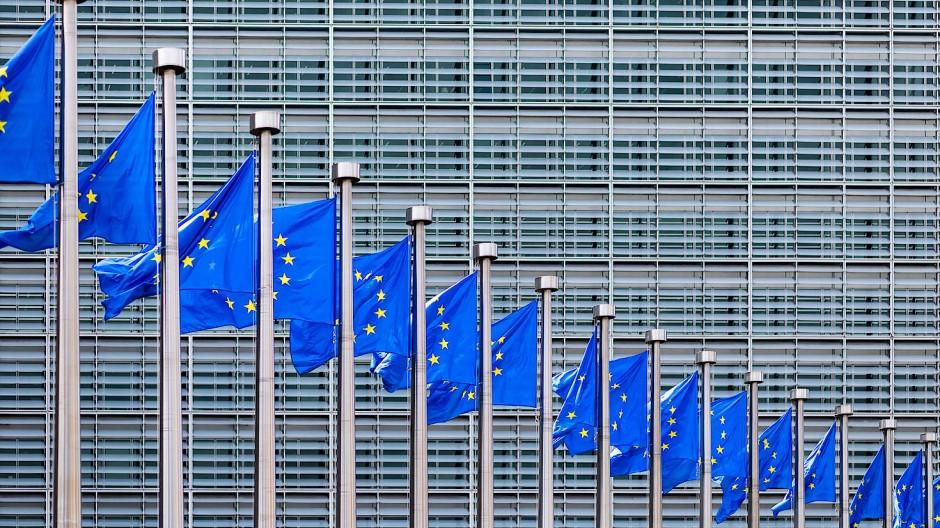 Europaflaggen flattern vor dem Berlaymont-Gebäude, dem Sitz der Europäischen Kommission, im Wind.